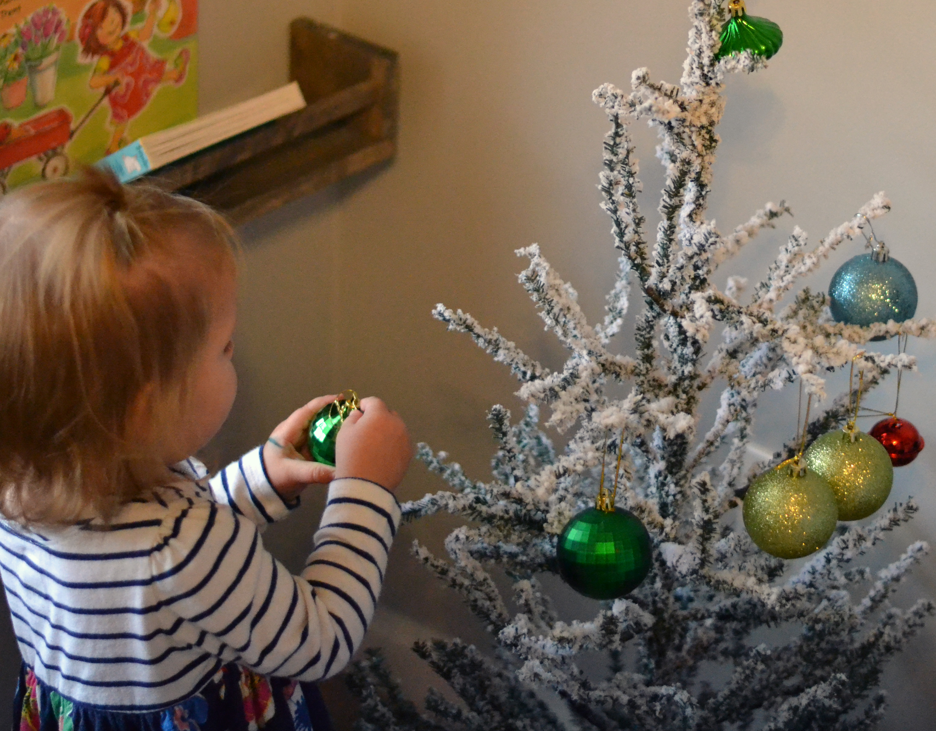 Easy pretend Christmas tree for kids